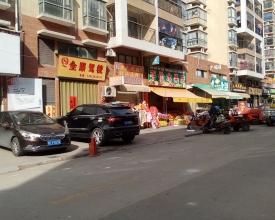 临街路边商铺,上下两层,共50㎡,层高6米。目前签了三年租约,第一年2200元/月